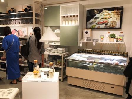 未来のキッチンが見える、原宿IKEA の食品売り場